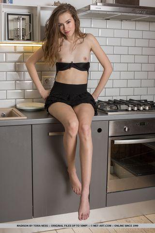 Девушка на кухне показала в камеру друга домашний стриптиз и возбудилась