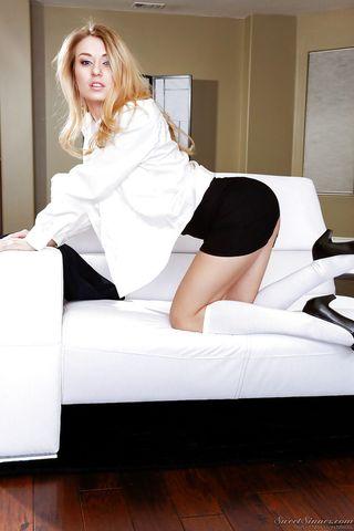 Милфа снимает юбку и в белой блузке светит в камеру теплой ватрушкой