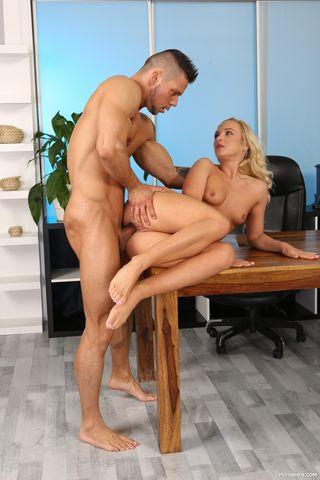Мужик обосцал голую любовницу и отодрал ее без презерватива в писю на деревянном столе