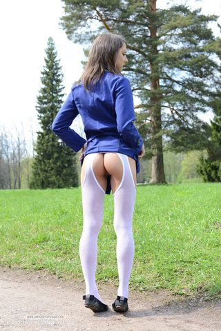 Красотка распахнула на улице синий плащ и показала мужику голую нежную вагину