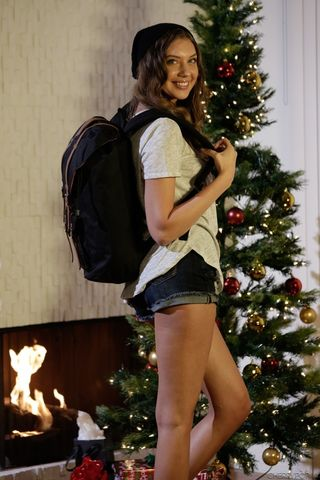 Красотка около новогодней елки показывает на фото мелкие сиси и писечку