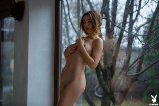 Девица снимает кружевные трусики около окна и устраивает жаркий стриптиз