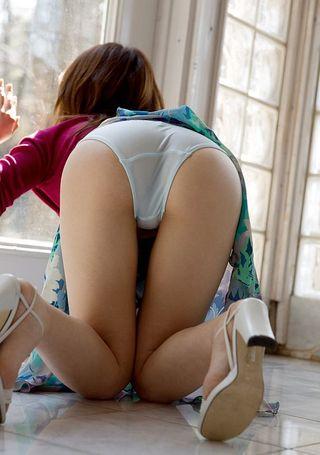 Японка все утро в постели позволяет соседу фотографировать ее мохнатку и сисечки