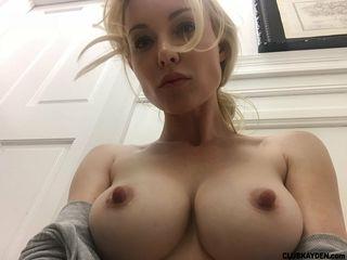 Девушка на вебкамеру показывает крупные сиси и мохнатую промежность
