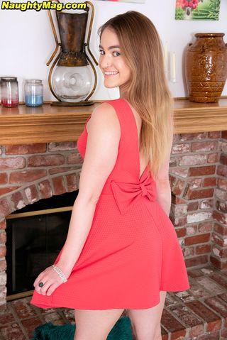 Веселая девушка задирает красное платье и показывает розовые трусишки на попке