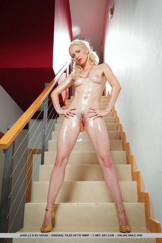 Блонди на лестнице полила тело маслом и дрочит слегка волосатую щелку