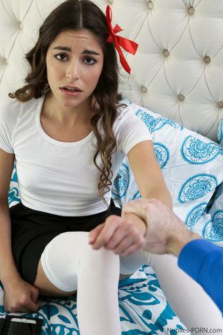 Студент пристраивается сзади и нежно пихает громадный член в вагину одногруппницы