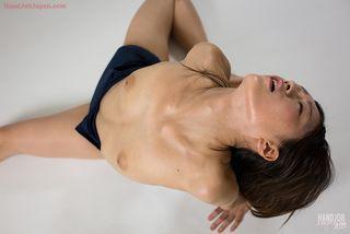 Азиатка в синем купальнике целует член друга и дрочит его руками до кончи