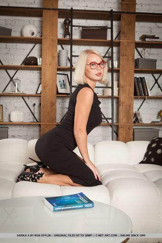 Милфа в очках гладит клитор и сочные сиськи на белоснежном диване