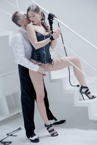 Бизнесмен у лестницы выебал нижнюю в черном корсете в глубокую глотку