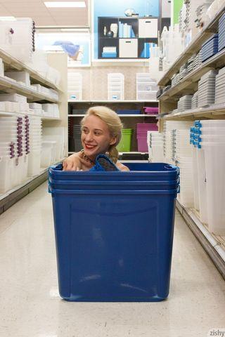 Блондинка в магазине задрала синюю юбку и показала голую задницу и щель