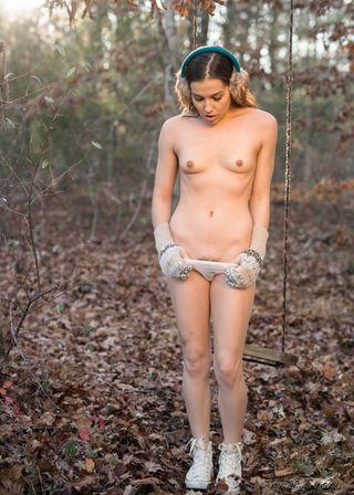 Лесба перед камерой партнерши в осеннем лесу раздевается догола