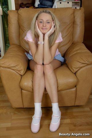 Блонди на коричневом кресле пихает жестко розовый дилдо в половую щель
