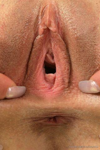 Домохозяйка готовится к приезду мужа с помощью анальной мастурбации