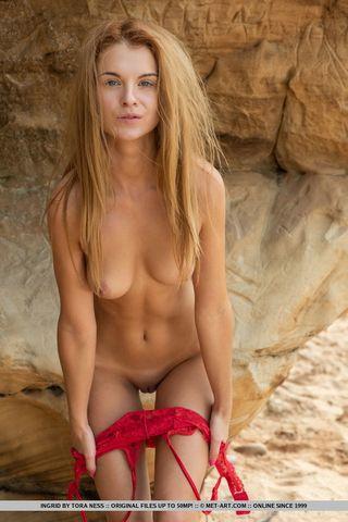 Рыжая на скалистом побережье устроила фотосессию в стиле ню
