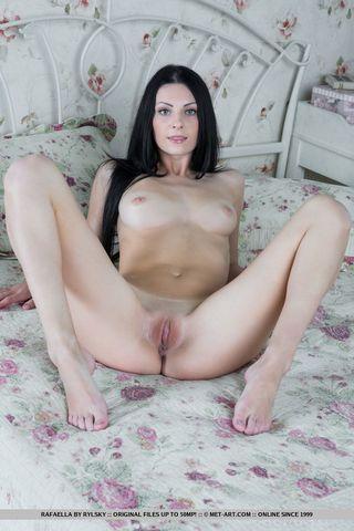 Брюнетка на радость мужа делает интимные фото посреди кровати в спальне