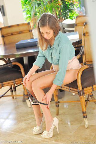 Деваха на мягком стуле в голубой блузке дрочит сочное розовое влагалище