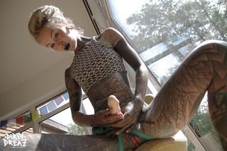 Две татуированные лесбиянки тренируются делать минет на большом страпоне