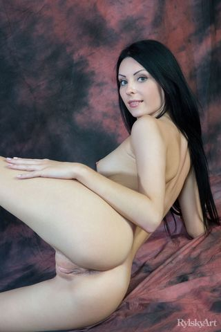 Фотограф просит голую натурщицу встать раком, чтобы снять крупным планом ее попец