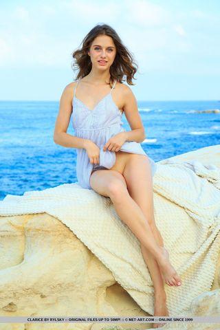 Деваха на берегу моря откровенно работает пальчиком по голой писе