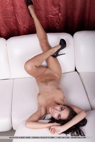 Мулатка в черных лакированных туфлях снимает крупным планом бритую вагину на белоснежном диване