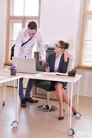 Секретарша на столе принимает длинный член директора в глубокой вагине