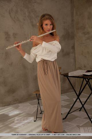 Флейтистка позирует на листах с нотами голышом и делает жаркие фото