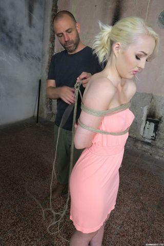 Хозяин связывает блондинку в розовом платье и дрочит игрушкой ее клиторок