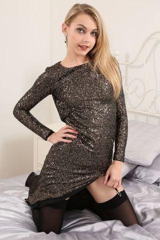 Красотка снимает длинное серебристое платье и фотографирует писечку